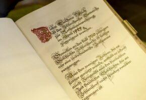 Открытая книга с древним текстом: история переводческой деятельности